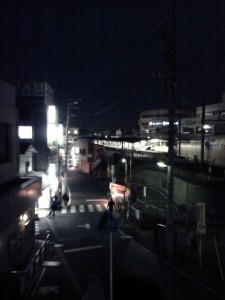 日が暮れた駅