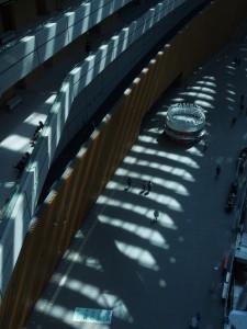 影が印象的。無機質な街に思える