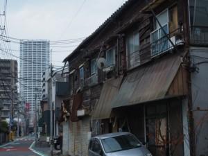 古い住居とタワーマンション