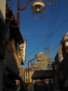 山口横丁 タワーマンションを望む