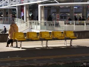 寒い船橋駅 黄色の集まり