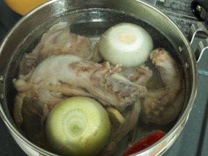 今日も鶏ガラでだしをとってます