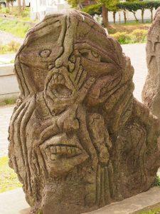 海老川沿いの謎の像