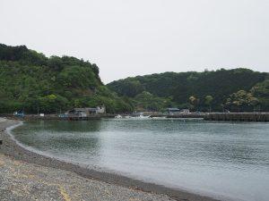 曇りではあるが、入江に宿がある