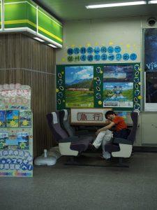 この感じがたまらない。駅ナカの電車座席