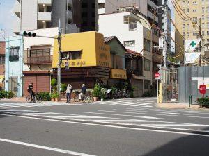 黄色い店には親近感がある。いずみの看板も黄色