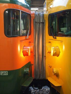 知らない色の電車同士