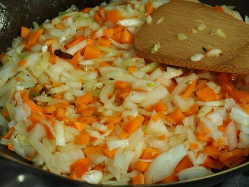 玉ねぎとニンジン 炒めます