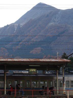 影森駅と武甲山