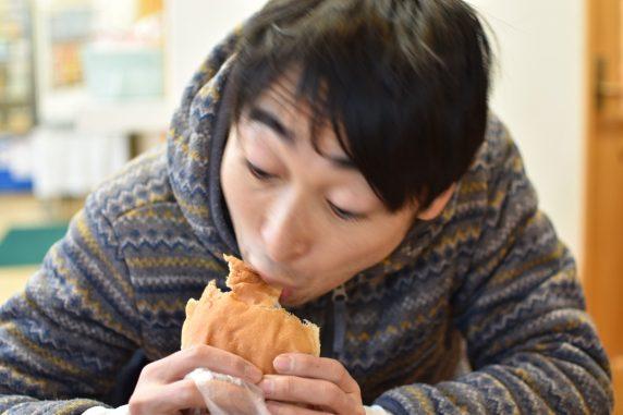 興奮して福田パンを食べている