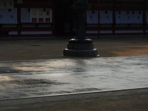 水がまかれている石畳