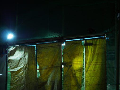 夜のバッティングセンター