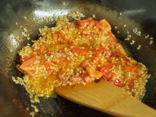 トマトとカレー粉を加える