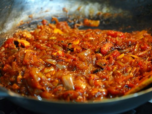 トマト缶を加えて水分ぬき