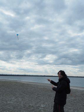凧揚げしています
