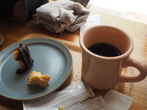 ホットコーヒーとカヌレ