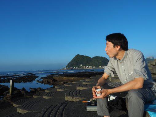 朝日のコーヒーと海岸