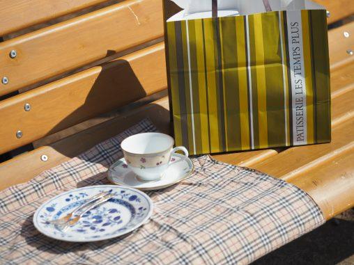公園のベンチでカフェ