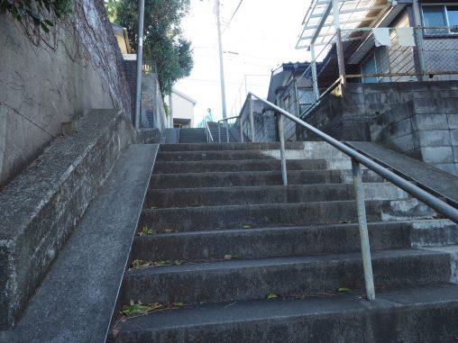 階段を登っていく
