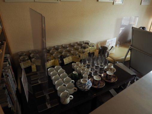 沢山の食器とコーヒー豆の瓶